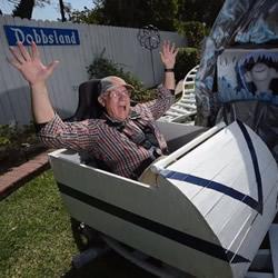孙子嫌在家无聊 霸气爷爷把后院改成迷你迪士尼