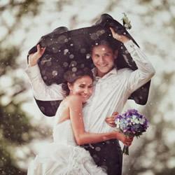 透过水滴看见幸福 雨中婚纱照拍出炽热爱情