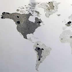 空白墙面上敲敲打打 DIY出一整面的世界地图