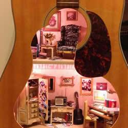 旧吉他改造娃娃屋 送给女儿的25岁生日礼