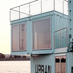 漂浮在港湾之上的集装箱房 学生们的平价宿舍