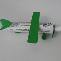 幼儿飞机模型手工制作 牙膏做飞机的作品图片