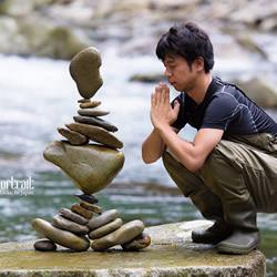 抵抗重力与声波 艺术家挑战高分贝下堆叠石塔