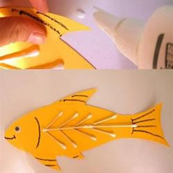 简单小鱼粘贴画做法 幼儿卡纸小鱼手工制