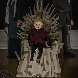 2岁宝宝当电影男主角 用废纸箱打造好莱