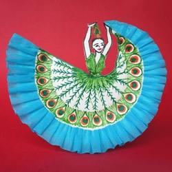 漂亮的儿童纸盘画:跳孔雀舞的女孩手工