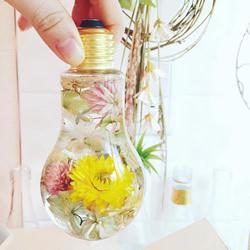 日本花卉艺术家打造超梦幻的灯泡花艺装饰品