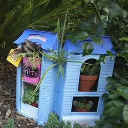 """旧玩具手工改制花园里的""""面包房""""花盆架"""