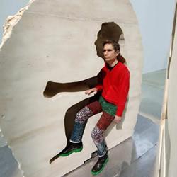 行为艺术家新作品欣赏 巨石里生活孵鸡蛋