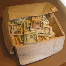 五一送福利啦,每人一箱子美金快来拿走!