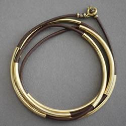 管珠皮绳手链编织图解 时尚稳重手链的编法