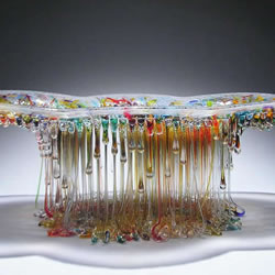 滴落的彩色玻璃雕塑 幻化成水母般的精采姿态