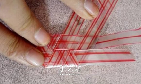 吸管折爱心怎么折图解 吸管爱心的折法步骤 -  www.shouyihuo.com