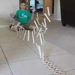 雪糕棍做多米诺骨牌 一起来玩有趣多米诺游戏