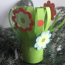 送给老师的花:幼儿手工剪纸漂亮花丛图解