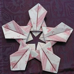 五瓣莲的折纸方法图解 纸币折五瓣莲的步骤