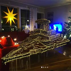 圣诞节传统的姜饼屋 转变成星际大战风战舰