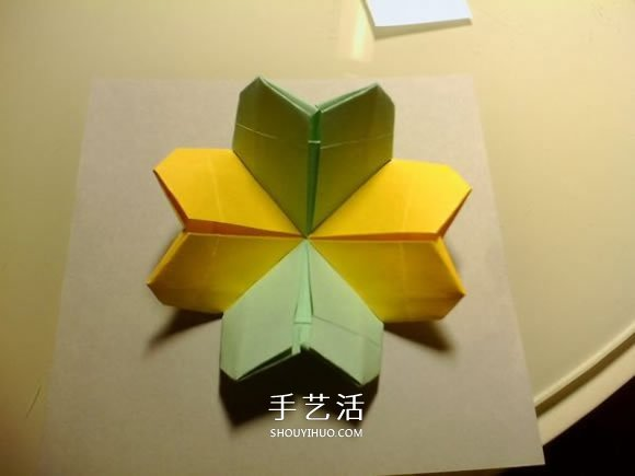 双色幸运草的折法图解 两张纸折四叶草的方法 -  www.shouyihuo.com