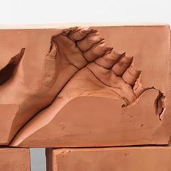 父亲遗留的温度!红砖中的双手石膏雕塑作品