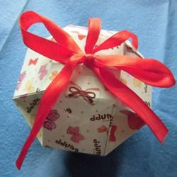 八面玲珑绣球礼盒折法 折纸绣球礼品盒的方法
