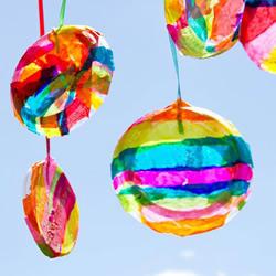 酸奶盖子废物利用 手工制作彩虹风铃的方法