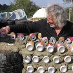 倡导保护环境!这位七旬老人收集垃圾建房子