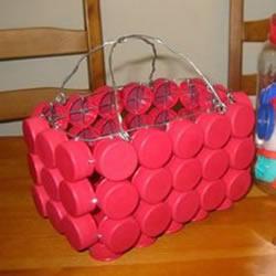 简单瓶盖废物利用 DIY制作可爱收纳篮的方法