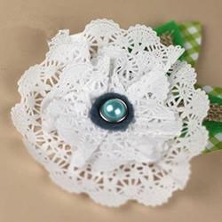 用蕾丝蛋糕纸手工制作美丽的立体纸花图解