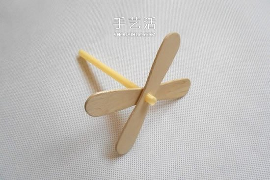 幼儿园酸奶瓶废物利用 做一架直升飞机模型 -  www.shouyihuo.com