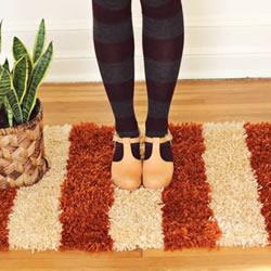 简单手工编织脚垫的方法 双色地毯的编织图解