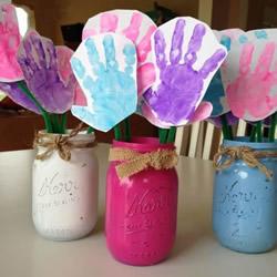 有心意的母亲节礼物 用玻璃瓶和卡纸做手掌花