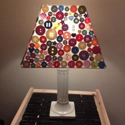 旧台灯的改造方法 用纽扣粘贴让灯罩变好看!