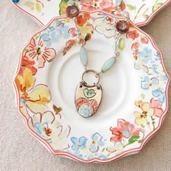 精美陶瓷盘掉地上 那就把它做成唯一的首饰吧!