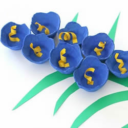 美��的�{色花朵 用�u蛋托手工制�作立�w�L信子