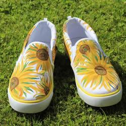 帆布鞋怎么画的教程 把梵高的向日葵画到鞋上