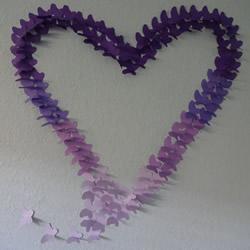 卡纸手工制作蝴蝶 粘贴美丽爱心墙饰的方法