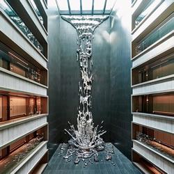 倾泻而下的12层楼高金属瀑布雕塑作品