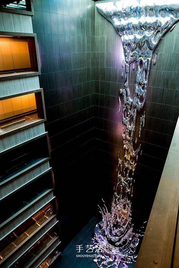 傾瀉而下的12層樓高金屬瀑布雕塑作品