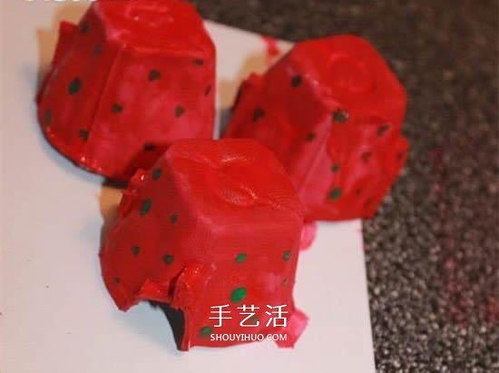 儿童用鸡蛋托手工制作立体草莓的方法 -  www.shouyihuo.com