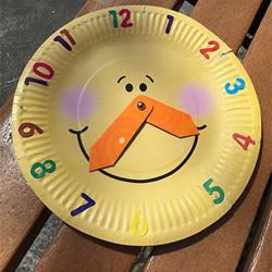 幼儿自制玩具纸盘挂钟的方法 好玩还能认时间