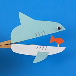 木夹子手工制作鲨鱼玩具 嘴巴开闭吞吃小鱼