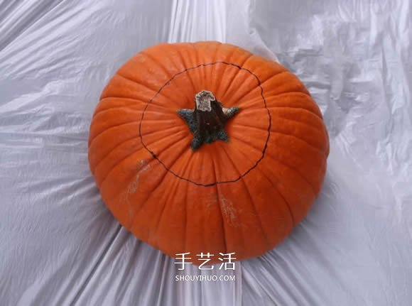 用南瓜制作万圣节南瓜灯的详细步骤图解 -  www.shouyihuo.com