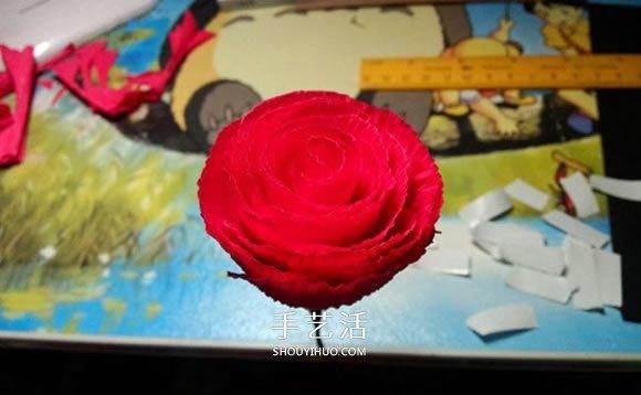 皱纹纸手工制作火红玫瑰花的方法 简单漂亮! -  www.shouyihuo.com