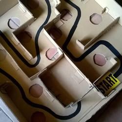 纸箱制作迷宫玩具的方法 能让两个人一起玩!