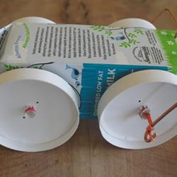 酸奶盒废物利用制作橡皮筋动力回力车的方法