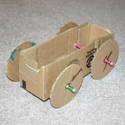 用纸板箱手工制作橡皮筋动力车的方法