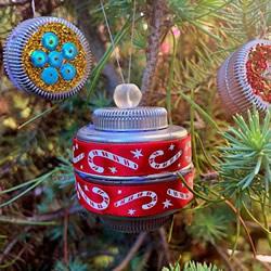 塑料瓶盖手工制作圣诞球挂饰的教程