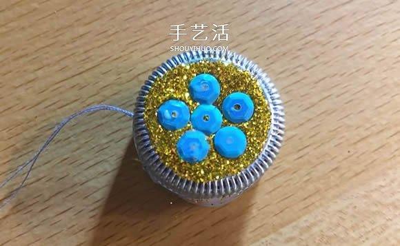 塑料瓶盖手工制作圣诞球挂饰的教程 -  www.shouyihuo.com