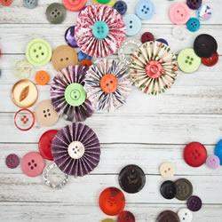 最简单装饰纸花制作视频 纸条加纽扣就搞定!