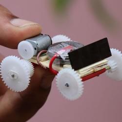 DIY迷你电动车玩具视频!通过齿轮进行传动